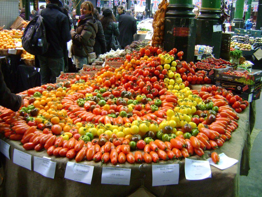 frutas e verduras com muitas cores no borough market, mercado público de londres