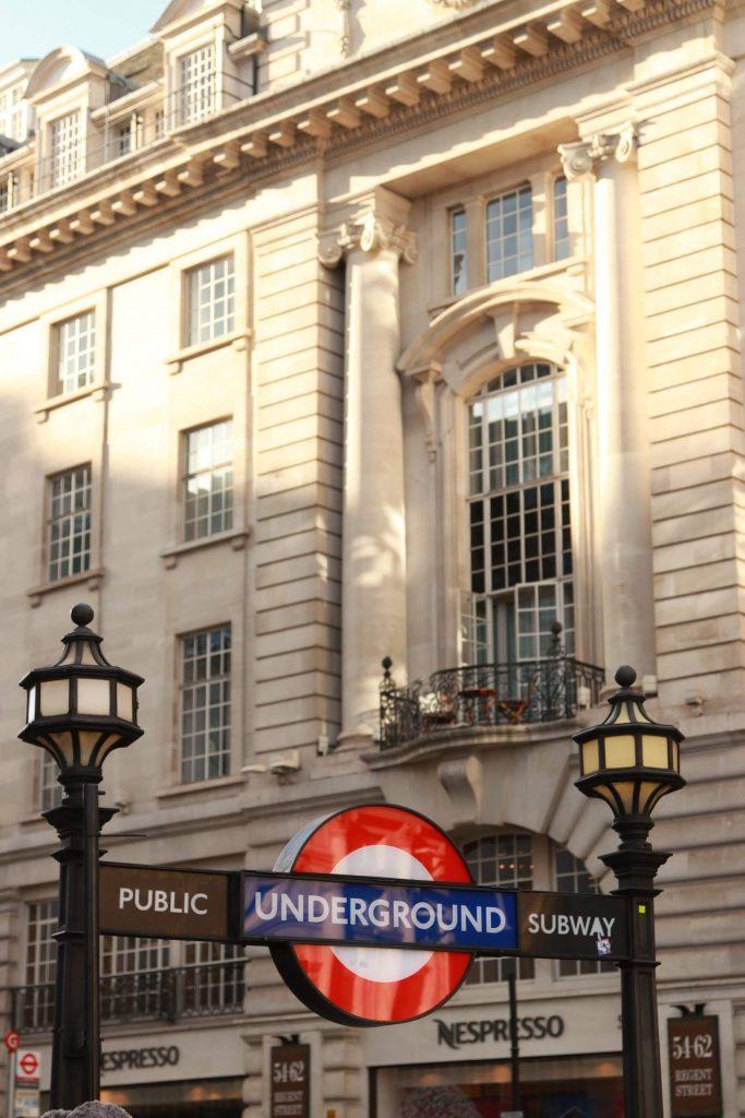 Prédio na Regent Street com a entrada da estação de metrô Piccadilly Circus na frente