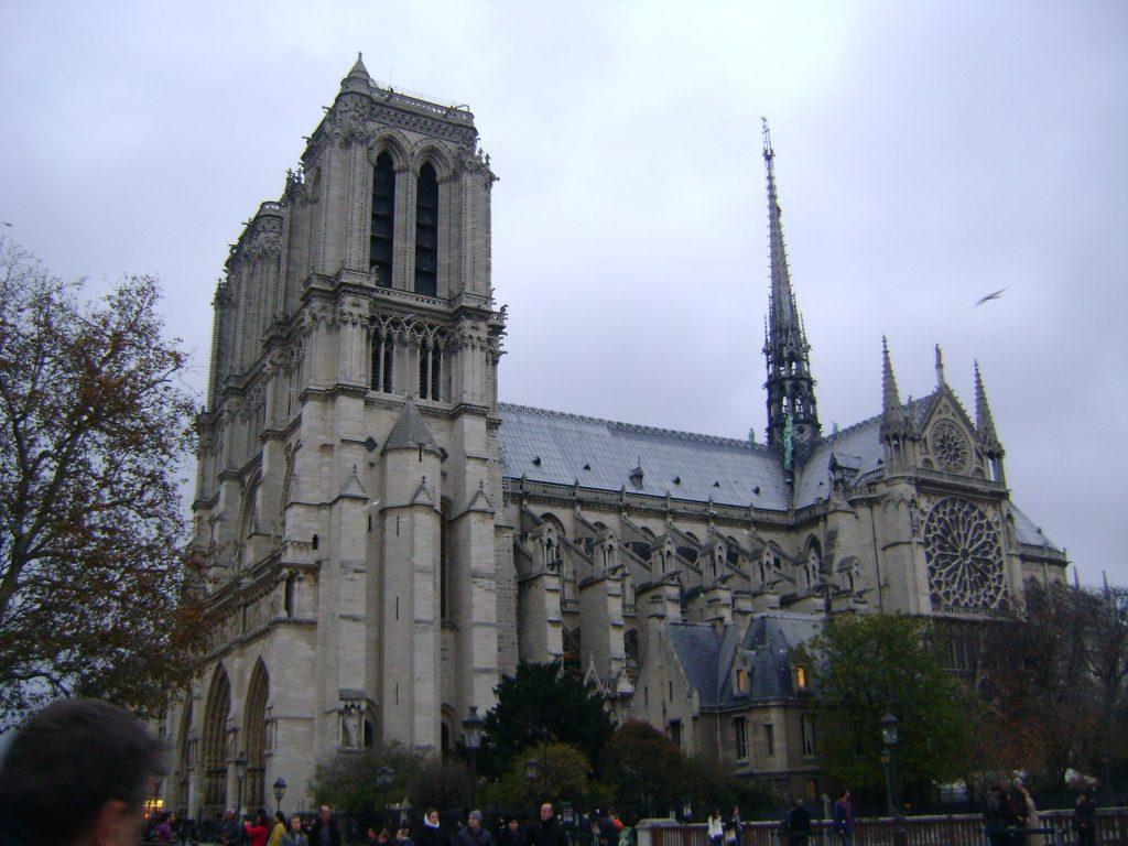 Catedral de Notre Dame em Paris com o tempo nublado e com a torre de pé, antes do incêndio de 2019