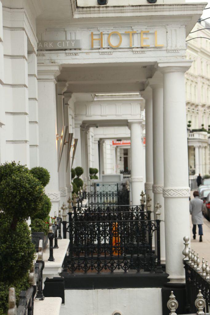 hotéis predios tradicionais colunas brancas londres kensington