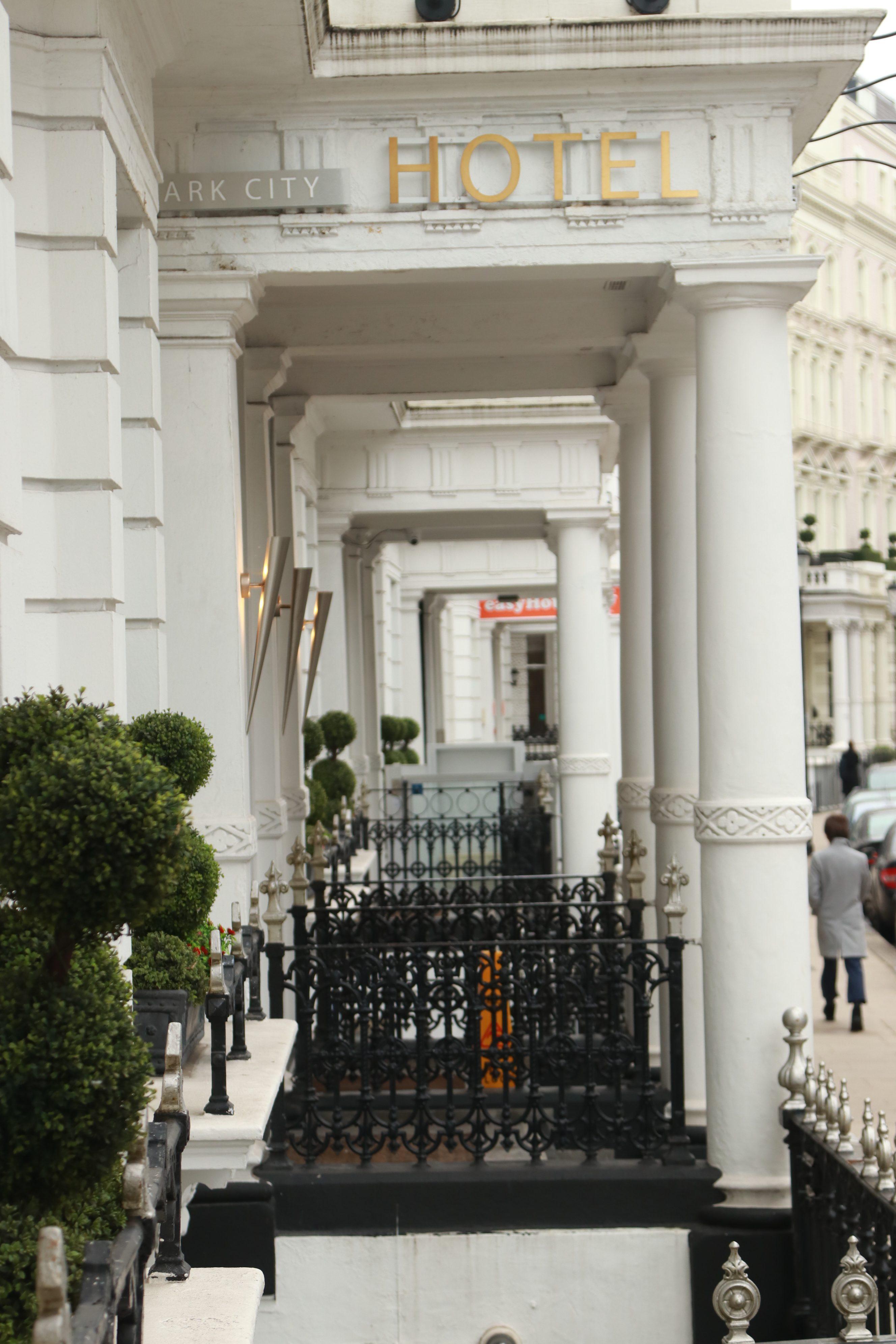 hotel em londres em um predio tradicional de londres com colunas colunas brancas no bairro de kensington