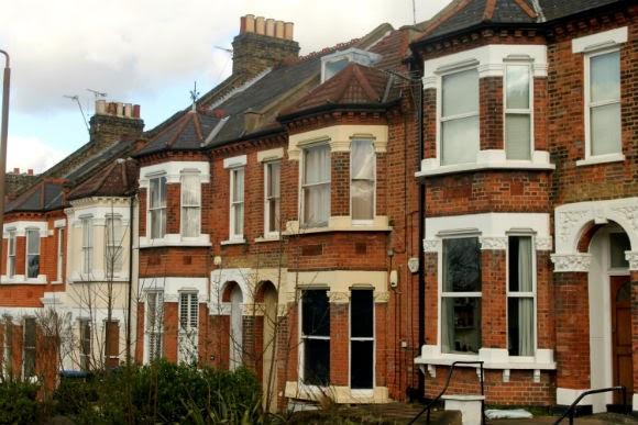 Casas e moradia em Londres. Casas, prédios com janelas de uma rua tradicional com prédios bonitos em Londres.