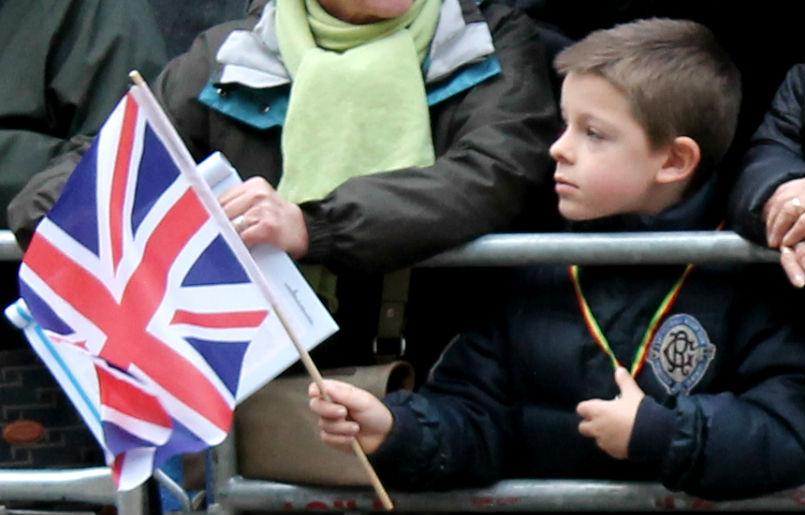 garoto com uma bandeira britânica na mão