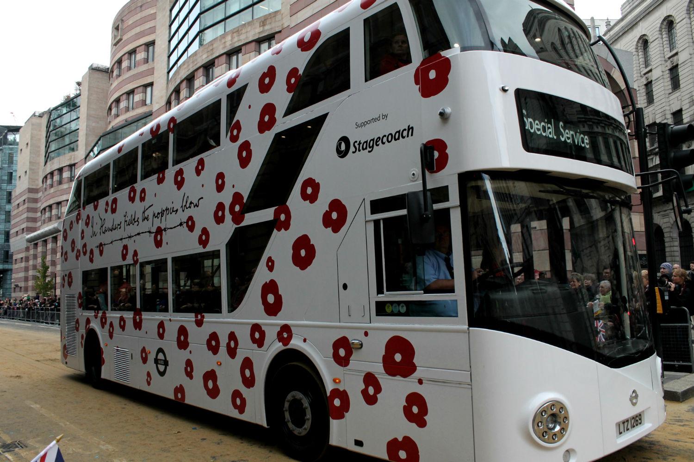 ônibus de dois andares de Londres decorado com poppies, as papoulas em ruas da city of london