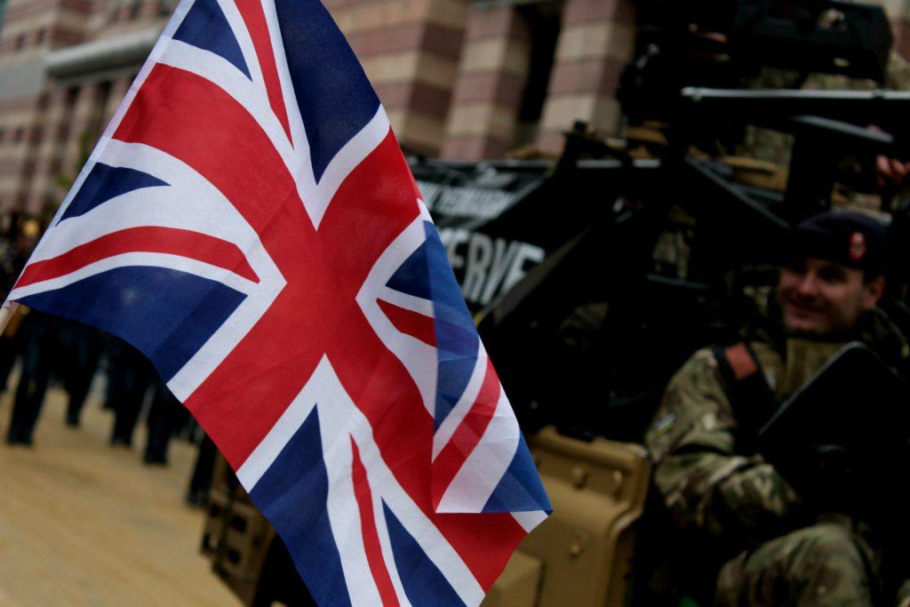 bandeira do reino unido com soldado ao fundo em desfoque. Union Jack em Londres