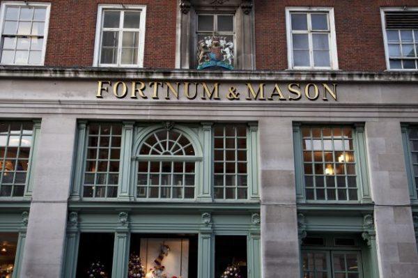 fachada lateral da loja fortnum & mason com o brasão da rainha em Londres