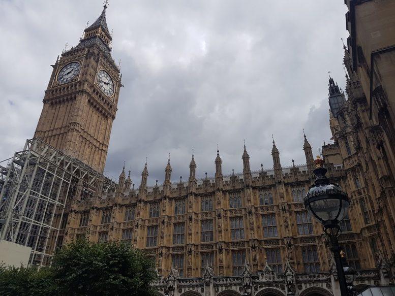 entrada do parlamento britânico com obra do big ben sendo começada