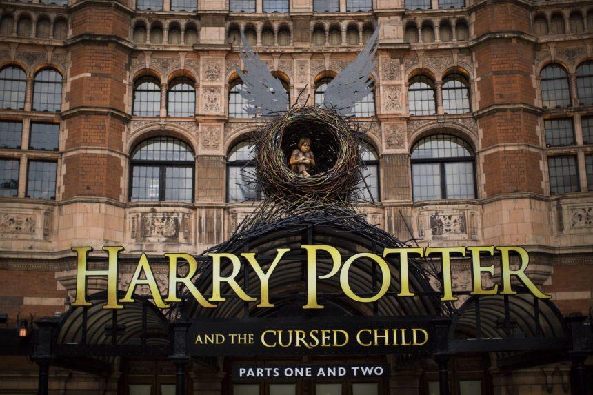 fachada do teatro onde está tendo a peça de harry potter e a criança amaldiçoada em londres