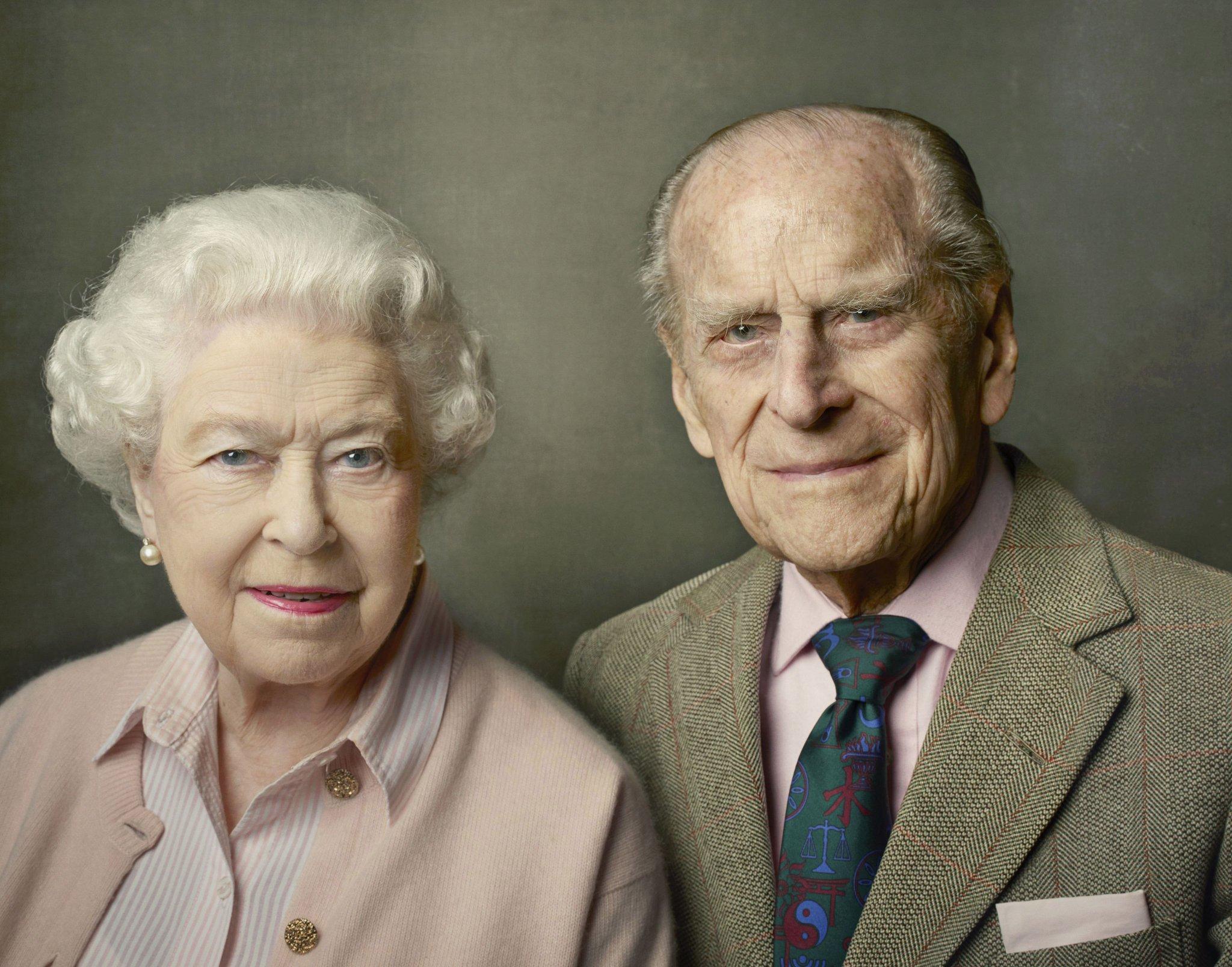 rainha elizabeth ii e principe phillip sorrindo. 70 anos de casado, bodas de diamante de elizabeth e phillip. senhora rainha com maquiagem e o principe phillip, seu marido, com uma gravata azul e camisa rosa. Foto artistica