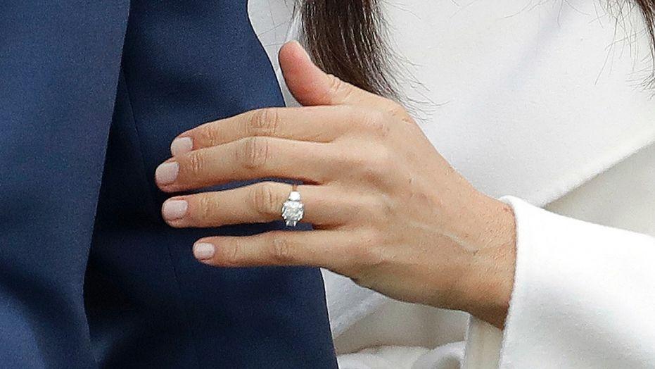 anel de noivado meghan markle e príncipe harry. Anel de diamante com mais dois diamantes e feito de ouro amarelo