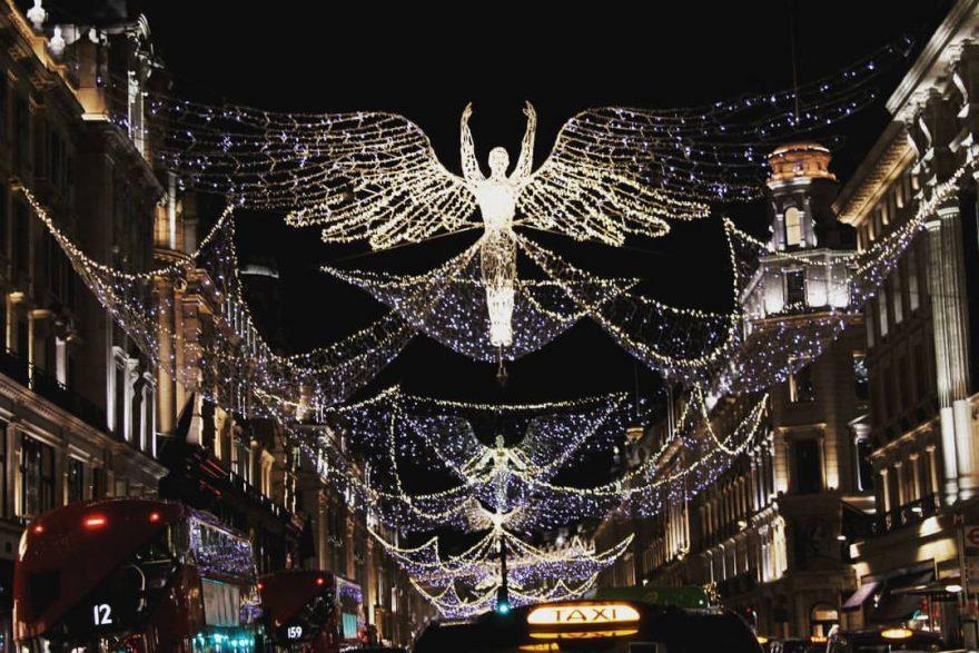 iluminação decoração de natal com anjos na regent street em Londres a noite