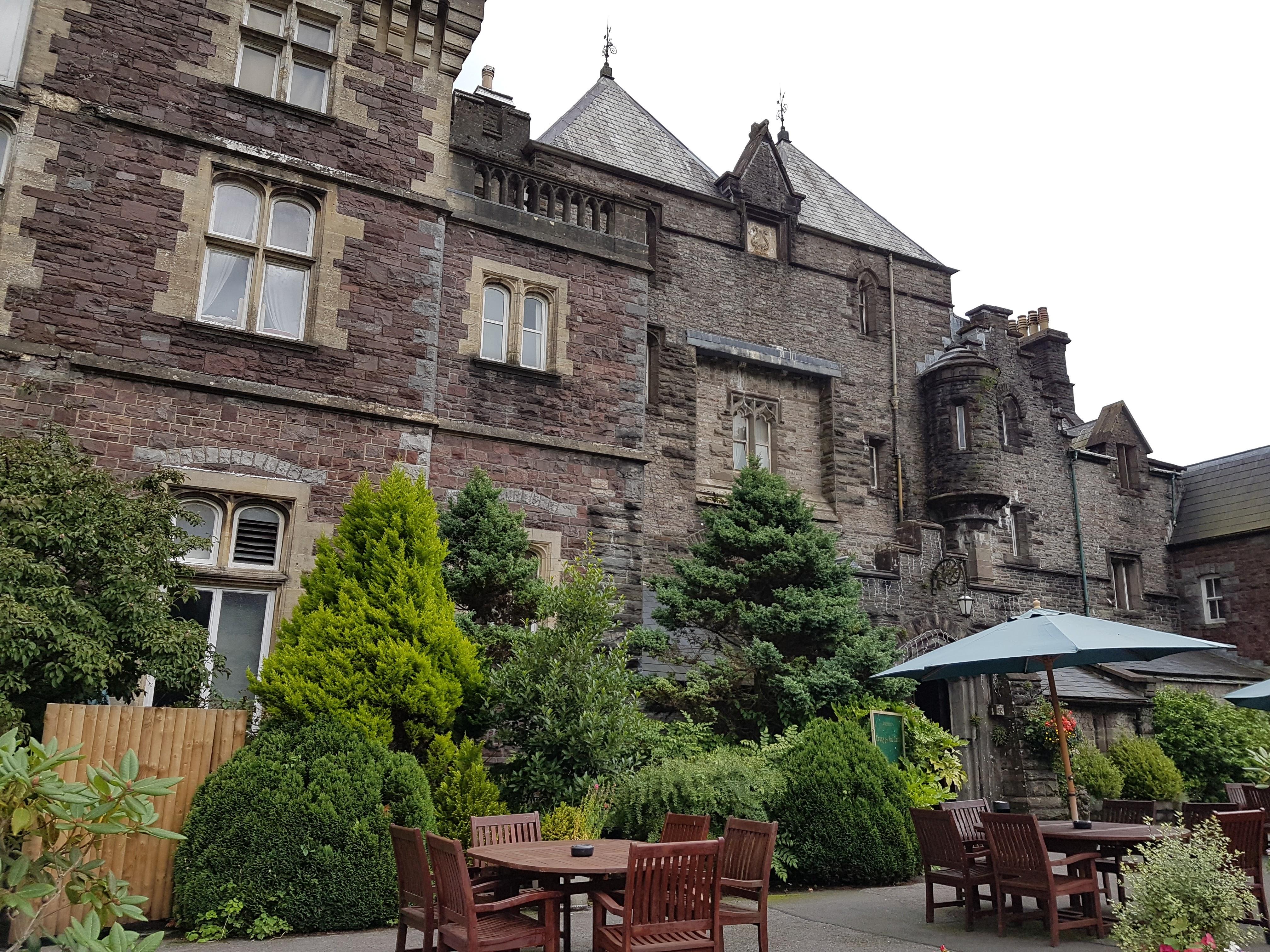 Castelo de Adelina Patti, cantora de ópera no Sul de Gales. CraigY-Nor. Vista de externa de um castelo de pedra aberto à visitação no País de Gales.