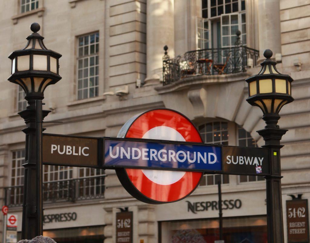 entrada do metrô de Piccadilly Circus com prédios da regent street ao fundo