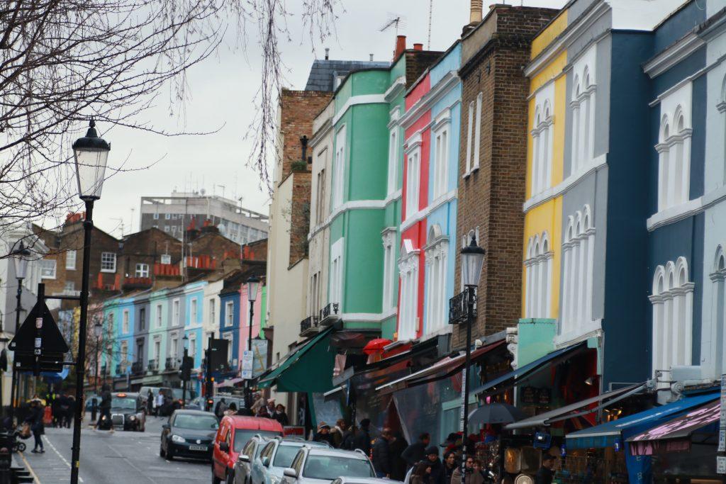 Rua de Notting Hill com as casas coloridas. Feira de artesanato, brechó, antiguidades e coisas baratas em Londres.