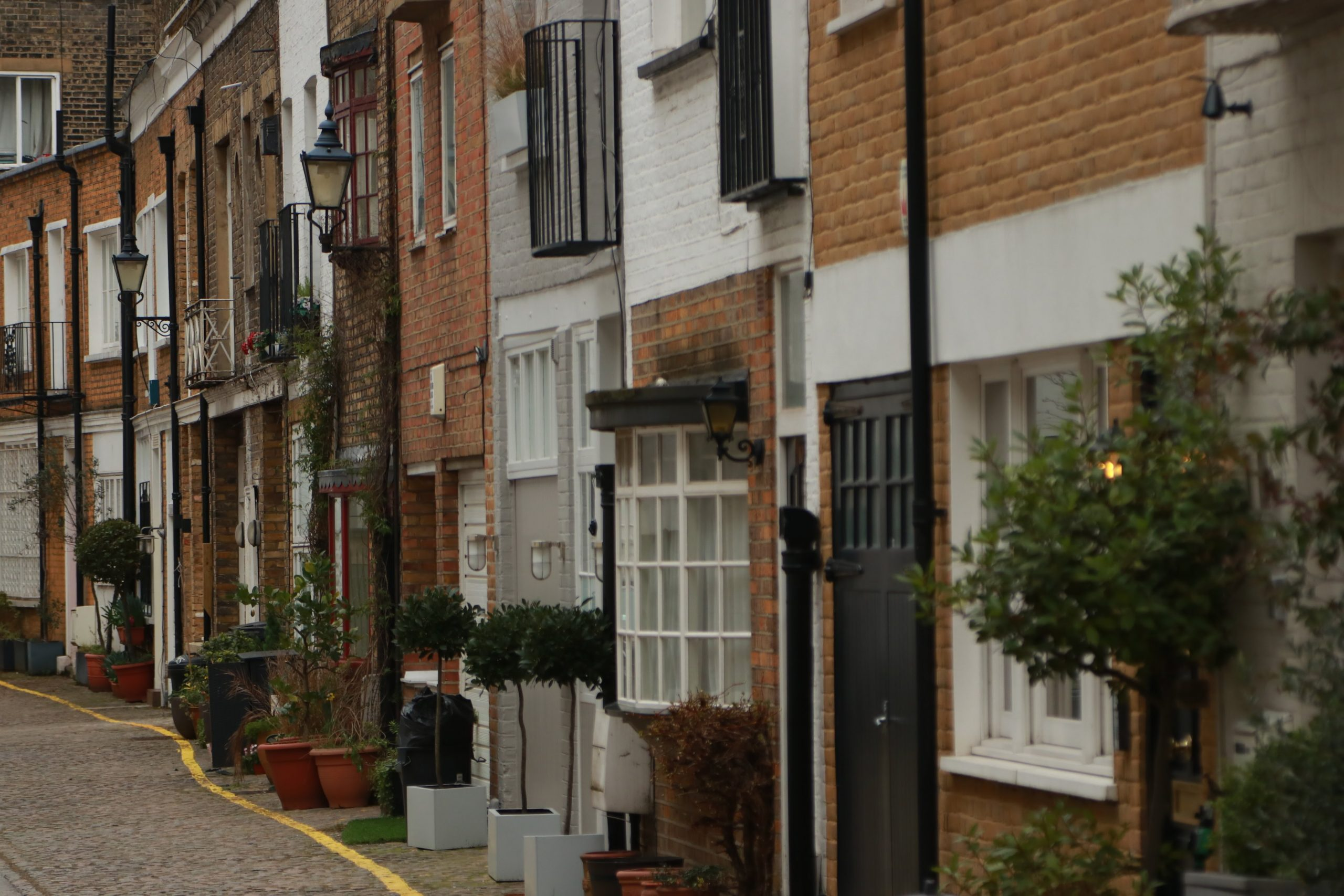rua em londres com casas tradicionais e hotéis no bairro de kensington
