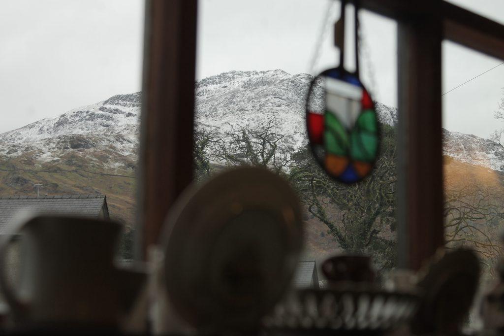 antiguidades dentro de uma loja com uma montanha nevada no fundo no interior do pais de gales.
