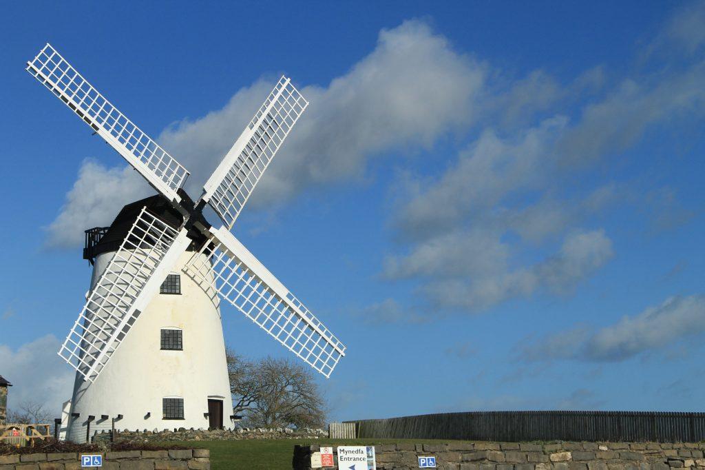 moinho ainda em uso no pais de gales, reino unido. ceu azul