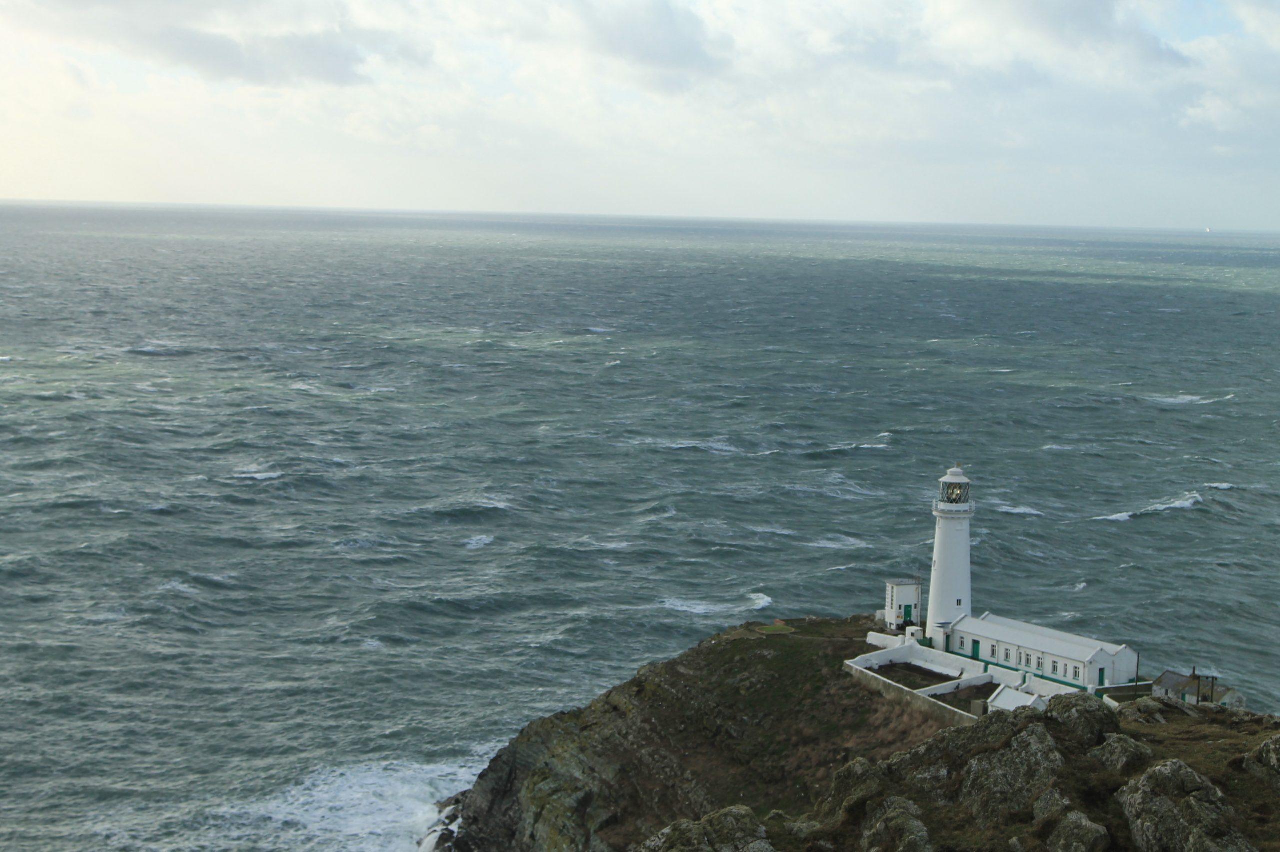 lighthouse. farol com mar da irlanda ao fundo na holy island em gales