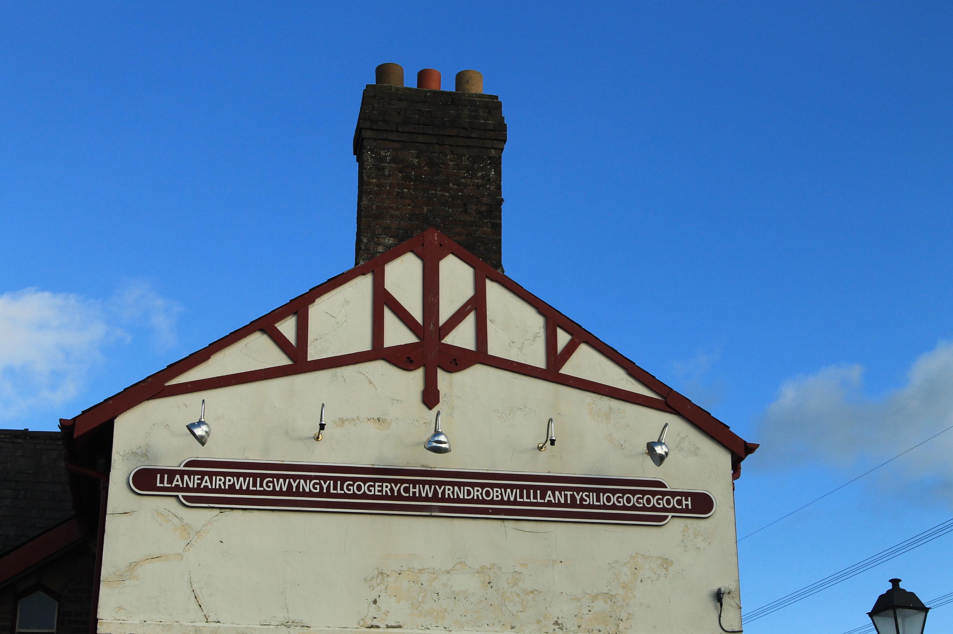 estacao de trem com o maior nome de uma cidade no reino unido que fica no pais de gales llanfair