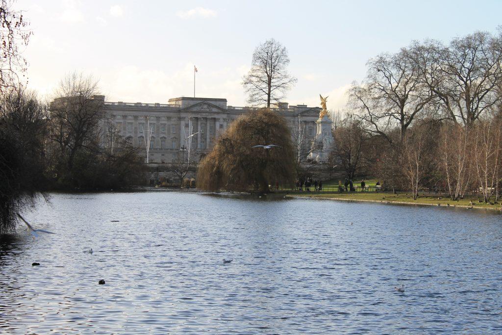Palácio de Buckingham ao fundo e St. James's Park na frente. Lago no outono. Foto melancólica do palácio de buckingham