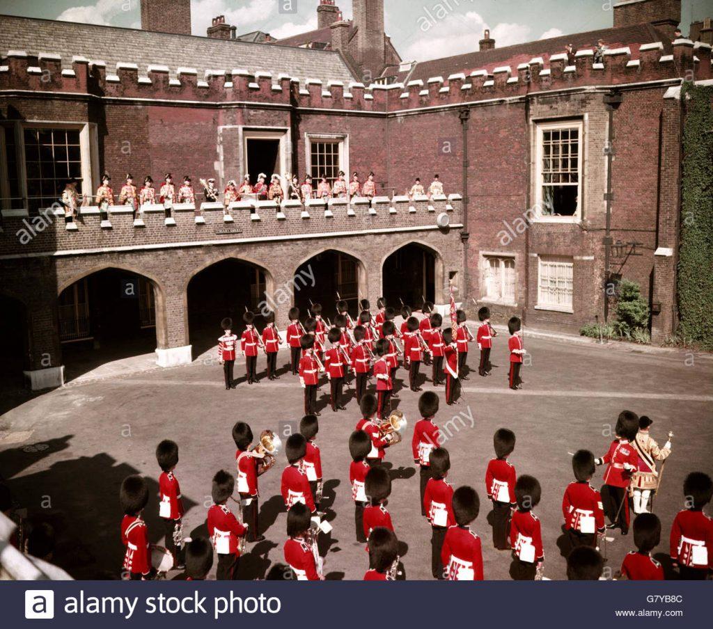 coldstream guards tocano o hino nacional na proclamation gallery para proclamação do novo rei depois que a rainha morrer