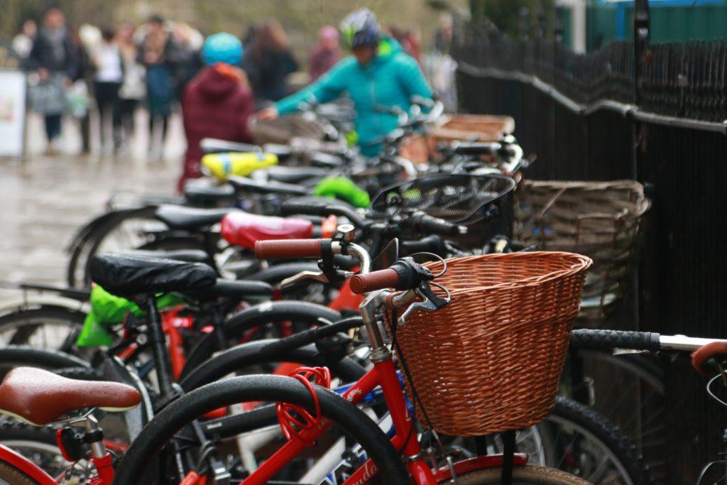 muitas bicicletas escoradas em grade em cambridge