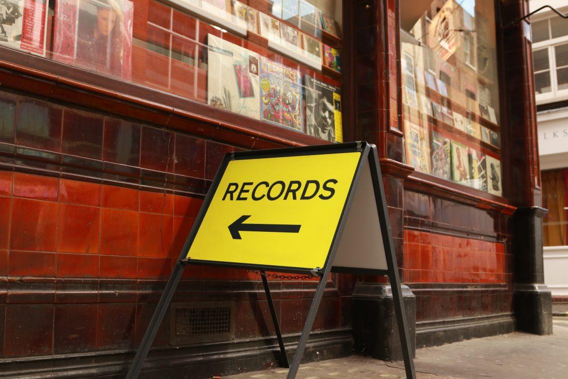 loja de discos em londres. placa amarela escrito RECORDS