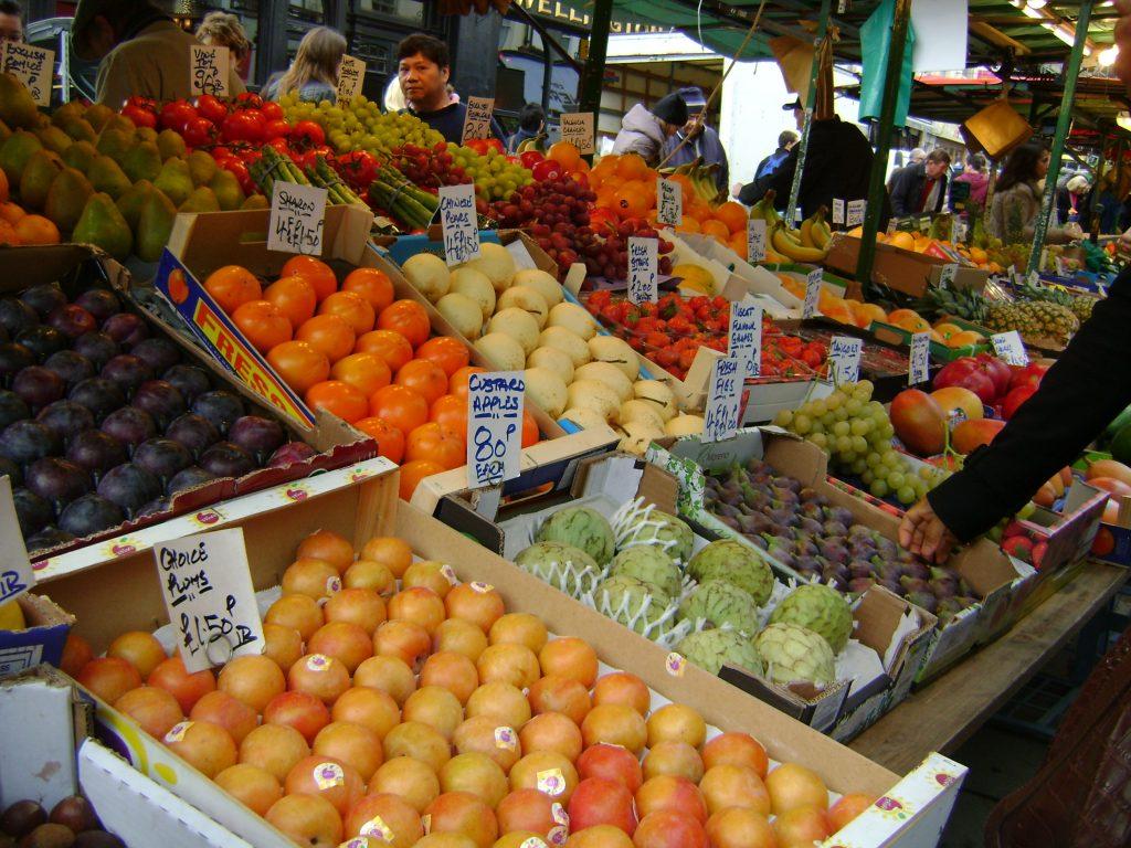 frutas e verduras no mercado de rua de notting hill londres