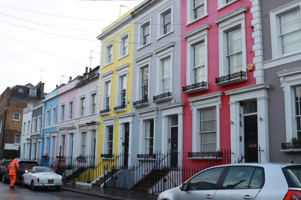 casas coloridas de notting hill com carro antigo na frente