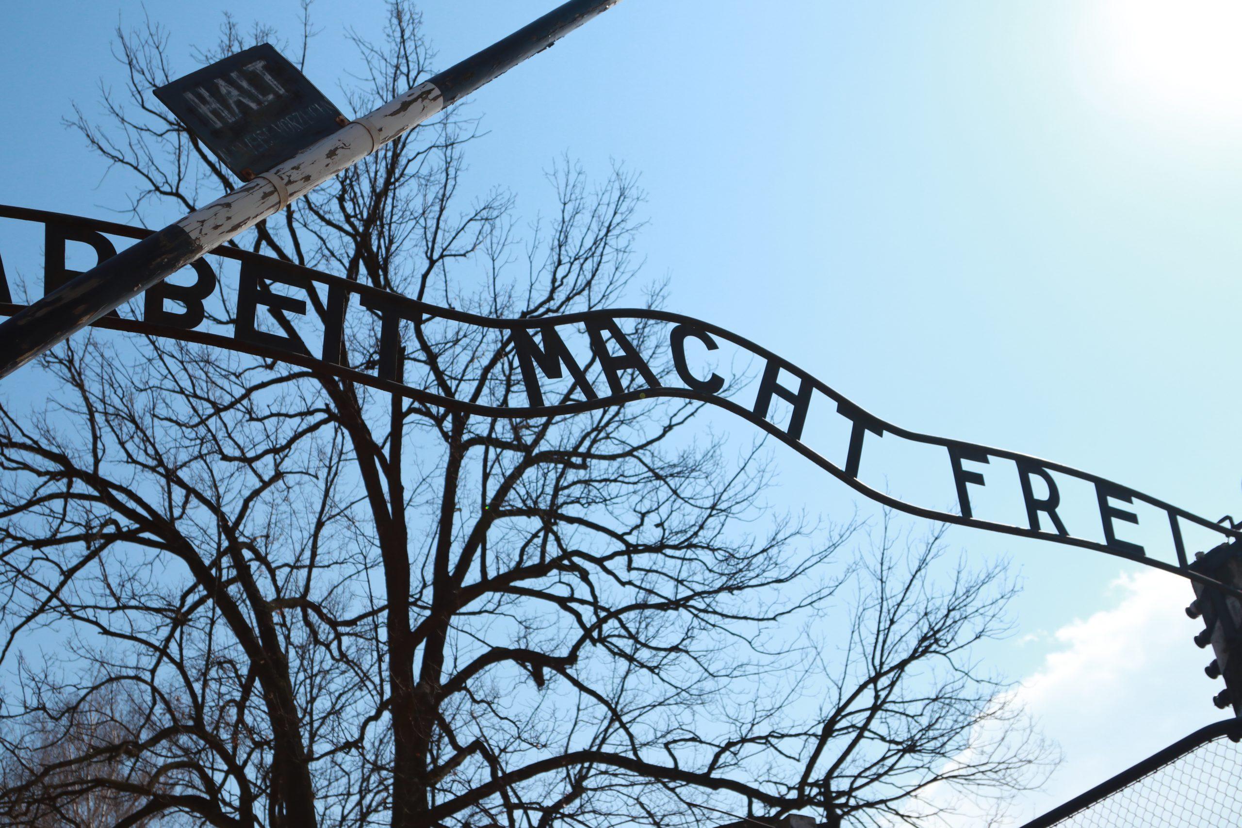 Placa no portão de entrada em Auschwitz com a inscrição Arbeit Macht Frei - o trabalho liberta