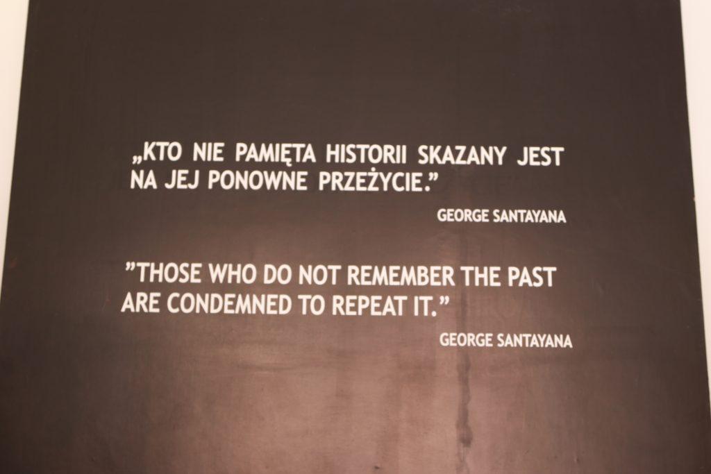 Placa com a frase Aqueles que não lembram o passado estão fafados a repeti-lo, de George Santayanna
