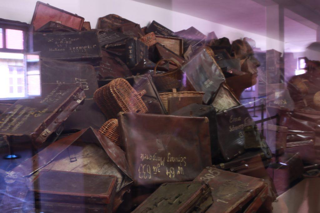 Malas e cestas de prisioneiros judeus com os nomes e endereços escritos