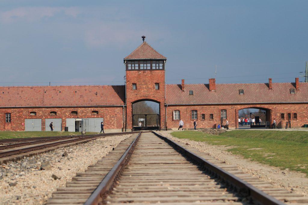 Portão de entrada dos trens em Auschwitz II-Birkenau com a linha de trem que dá acesso ao campo de concentração