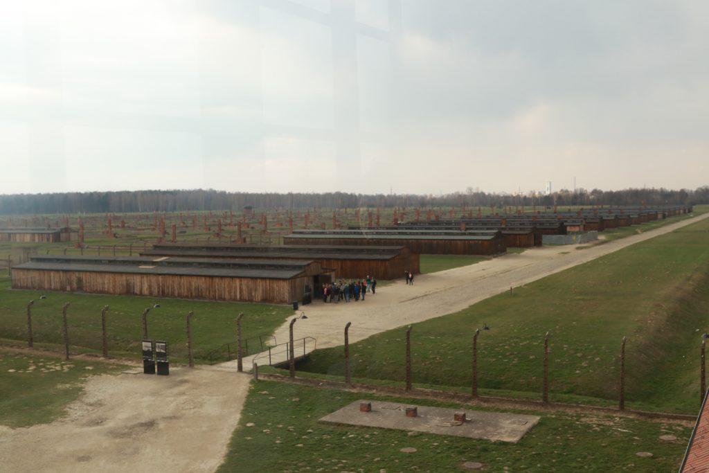 Galpões de alojamentos feitos de madeira pelos prisioneiros de Auschwitz II-Birkenau.