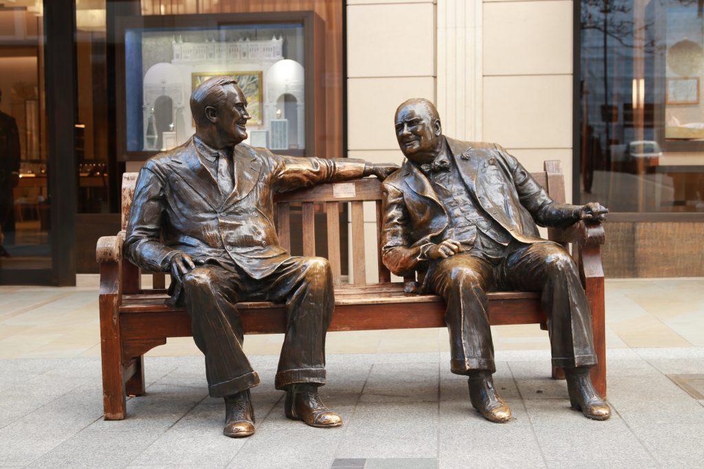 Estátua de winston churchill e roosevet em bronze sentados em um banco na bond street feita por Lawrence Holofcener