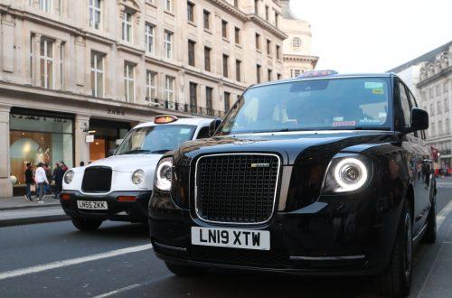 taxi de londres black cab levc eletrico hibrido ao lado de um taxi tx4 branco motorista carlos na regent street