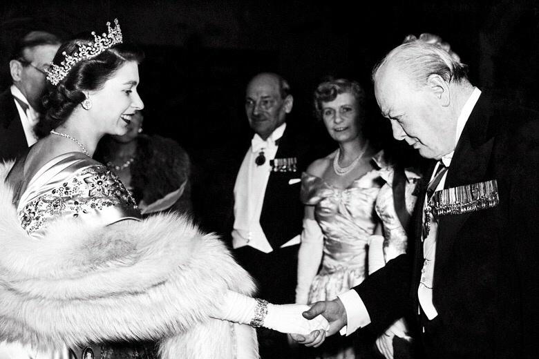foto em preto e branco de Winston Churchill cumprimentando a rainha elizabeth II