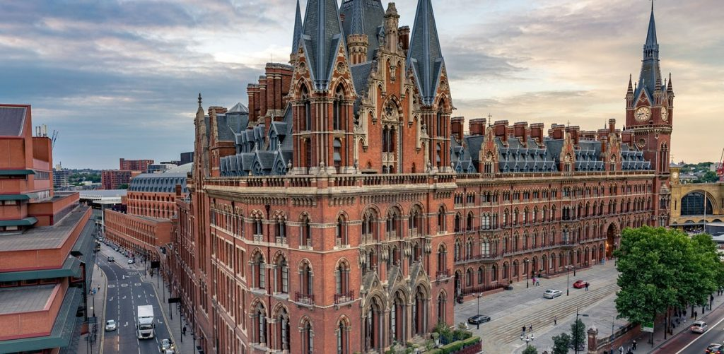 st pancras renaissance hotel, ele aparece em harry potter e é onde fica a estação de st pancras. Prédio de tijolo em estilo gótico.