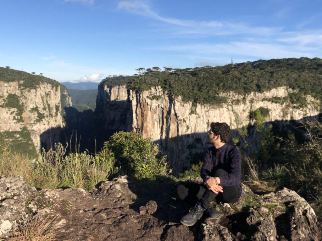 rafa, guri in london, homem olhando a paisagem a partir da trilha do cotovelo no itaimbezinho, rio grande do sul
