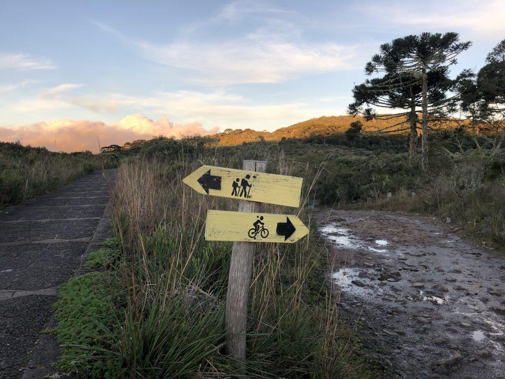 demarcação de trilha com placa para caminhar ou pedalar na trilha do vértice, no cânion do itaimbezinho em cambará do sul, rio grande do sul
