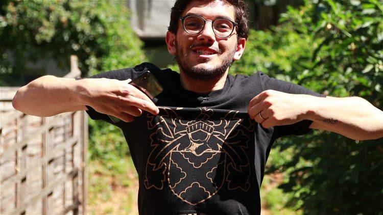 guri in london segurando camiseta do pub hawley arms e dando dicas de lugares pra ouvir musica ao vivo em londres