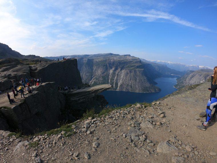 pedra no final da trilha trolltunga muito alta com vista pros fiordes na noruega