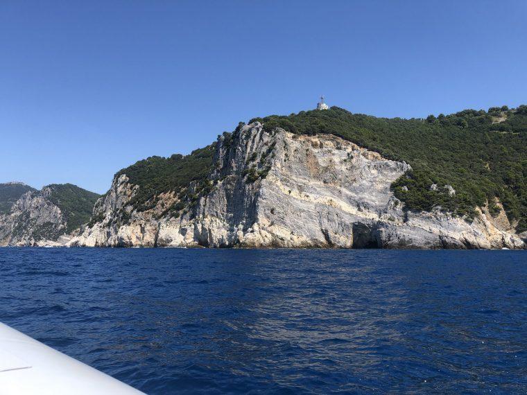 costa rochosa com mar azul escuro do mediterraneo proximo a portovenere na costa oeste da italia