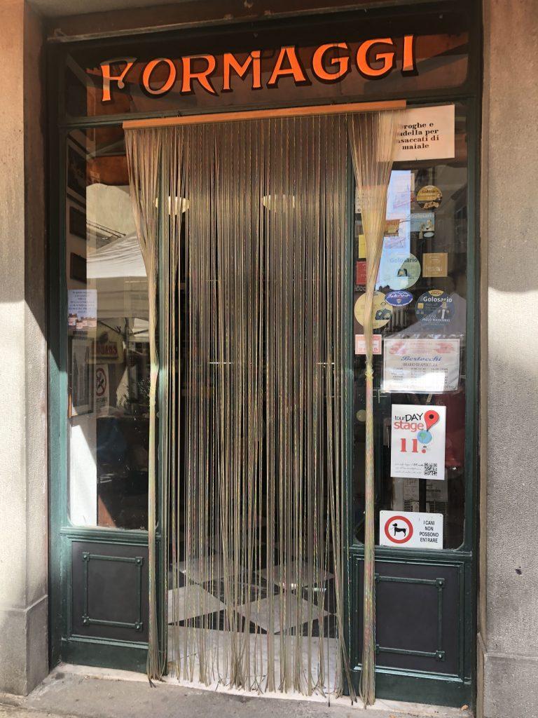 loja de queijo e outras especialidades italianas escrito formaggio em cima da porta