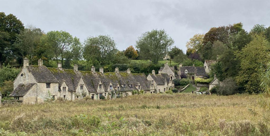 arlinton row, bibury, fileira de casas de tijolo famosas na região de cotswolds no interior da inglaterra