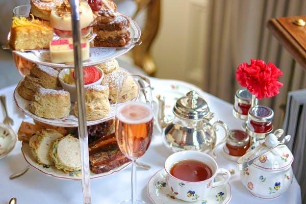 afternoon tea tradicional cha ingles com taças de champagne opção vegana em londres inglaterra
