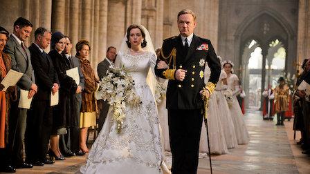 cena de the crown com a rainha elizabeth ii entrando na igreja com seu pai o rei george vi