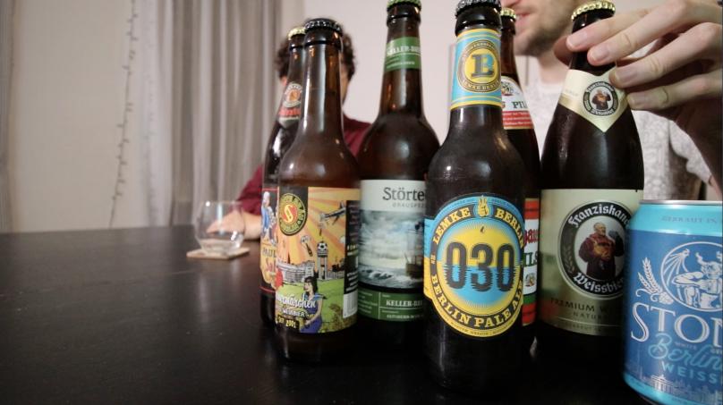 garrafas de cervejas alemãs Lemke Berlin Pale Ale com dois homens esperando pra beber