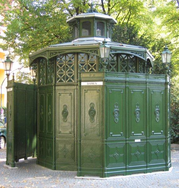 banheiro publico de ferro verde, em berlim, encomendado pela filha da rainha victoria