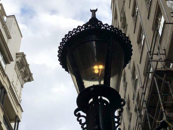 luminaria acesa que funciona a gas em londres, num passeio sobre lugares menos turisticos